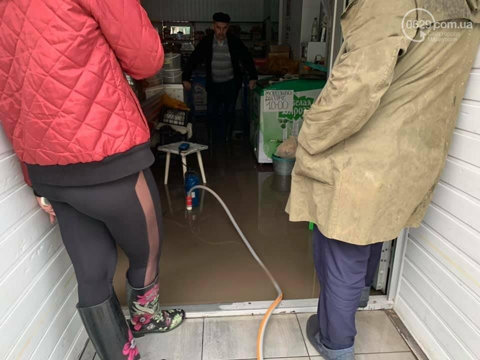 Вода по пояс, залитые магазины и дома. Как ликвидировали наводнение на площади Лунина, - ВИДЕО, фото-7