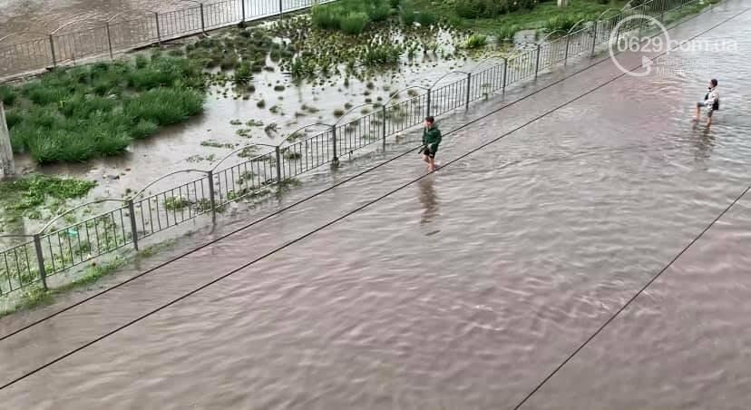 Вода по пояс, залитые магазины и дома. Как ликвидировали наводнение на площади Лунина, - ВИДЕО, фото-4