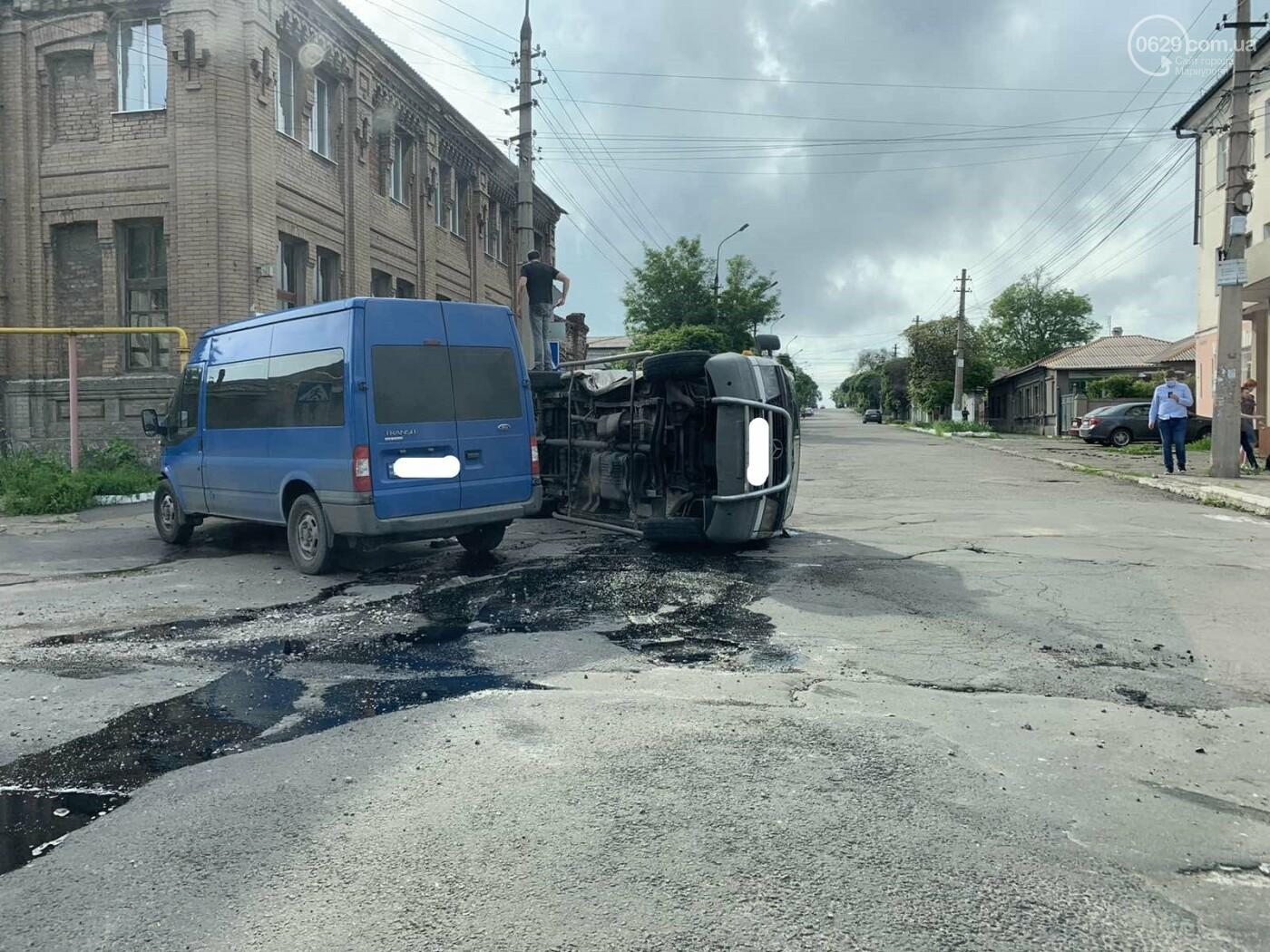 В старой части Мариуполя перевернулся микроавтобус, - ФОТО, фото-2