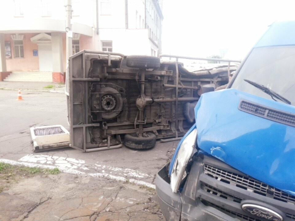 В старой части Мариуполя перевернулся микроавтобус, - ФОТО, фото-3