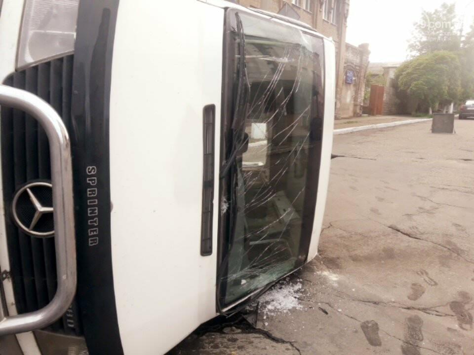 В старой части Мариуполя перевернулся микроавтобус, - ФОТО, фото-7