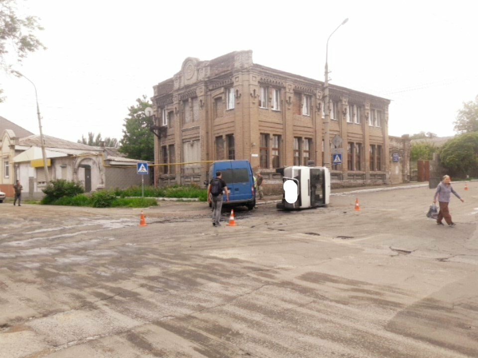 В старой части Мариуполя перевернулся микроавтобус, - ФОТО, фото-10