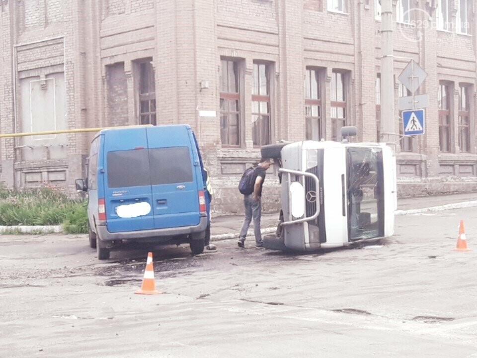 В старой части Мариуполя перевернулся микроавтобус, - ФОТО, фото-8
