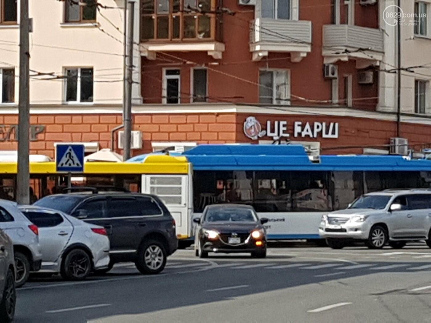 В самом центре Мариуполя столкнулись автобус и троллейбус, - ФОТОФАКТ, фото-5