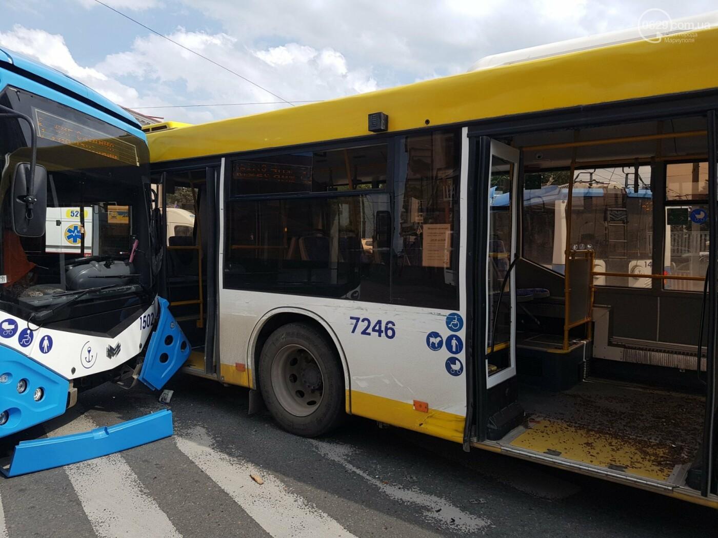 В самом центре Мариуполя столкнулись автобус и троллейбус, - ФОТОФАКТ, фото-1