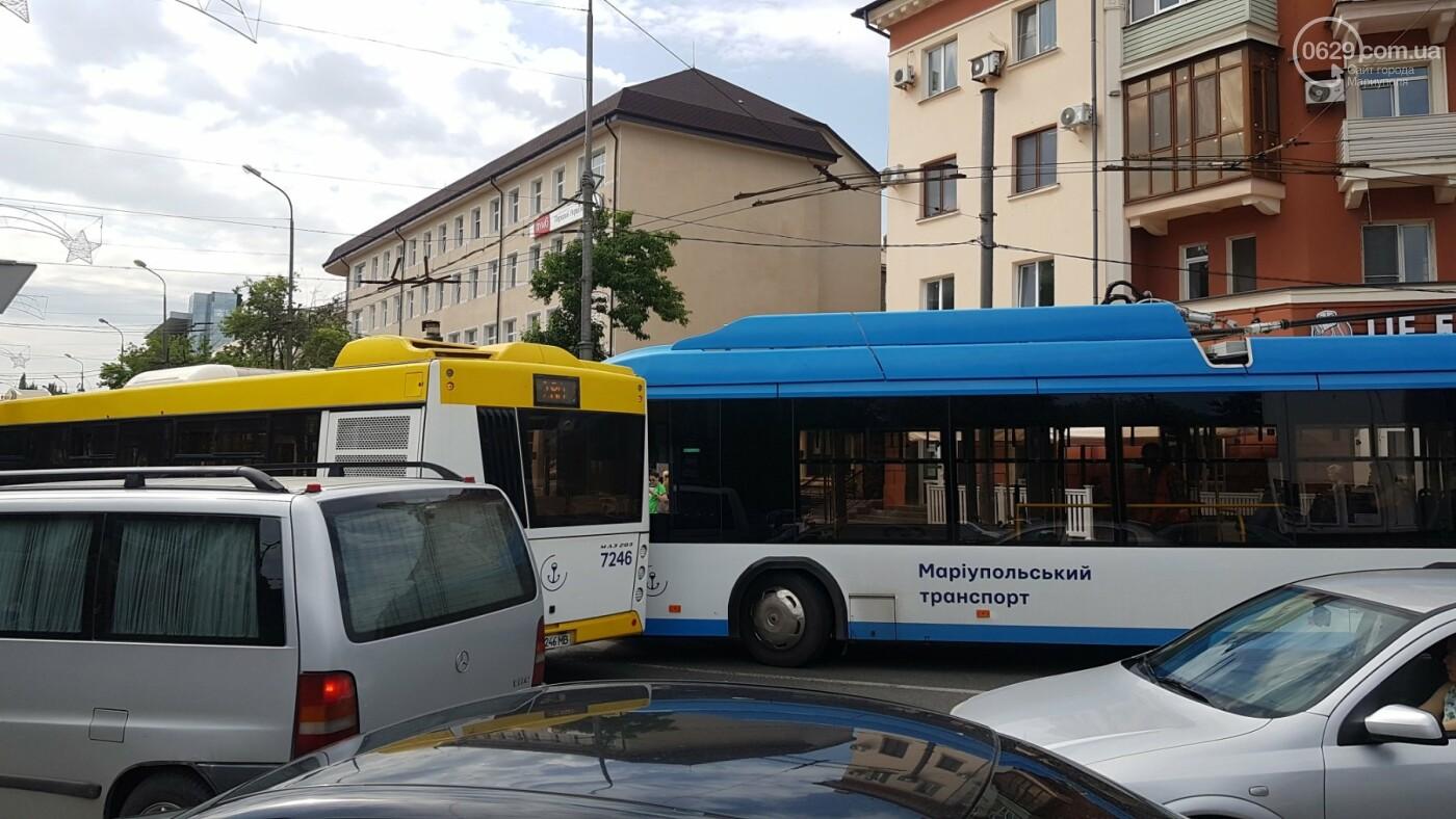 В самом центре Мариуполя столкнулись автобус и троллейбус, - ФОТОФАКТ, фото-2