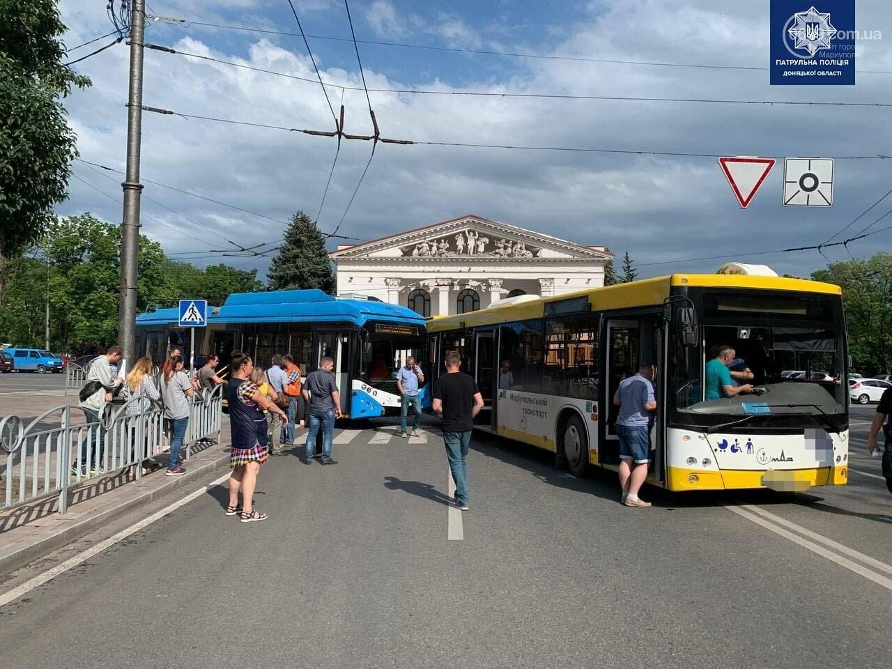 В самом центре Мариуполя столкнулись автобус и троллейбус, - ФОТОФАКТ, фото-7