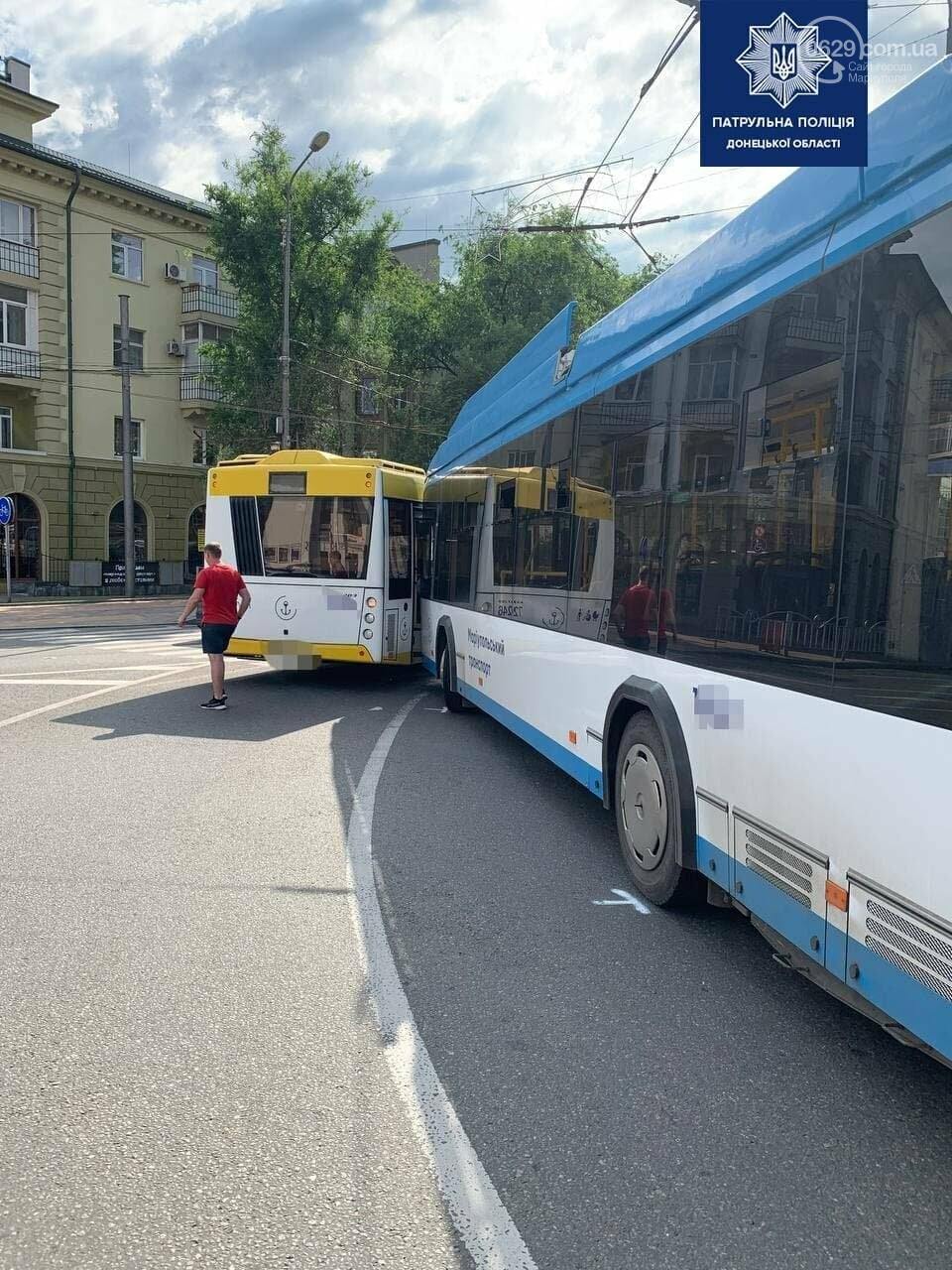 В самом центре Мариуполя столкнулись автобус и троллейбус, - ФОТОФАКТ, фото-8
