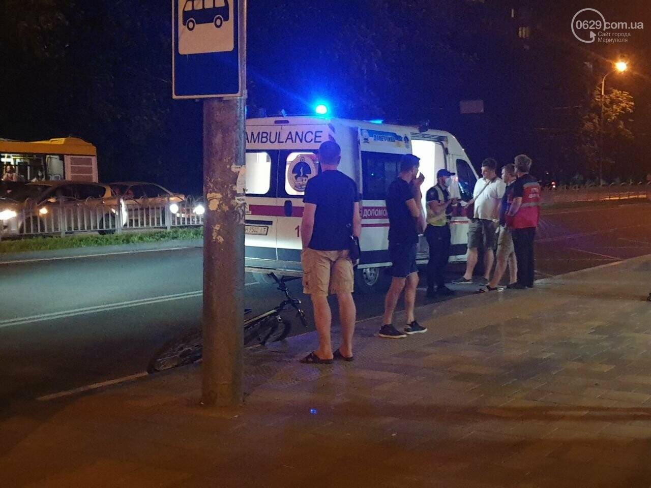 Кто виноват? В Мариуполе автомобиль на пешеходном переходе столкнулся с велосипедистом, - ФОТО, фото-1