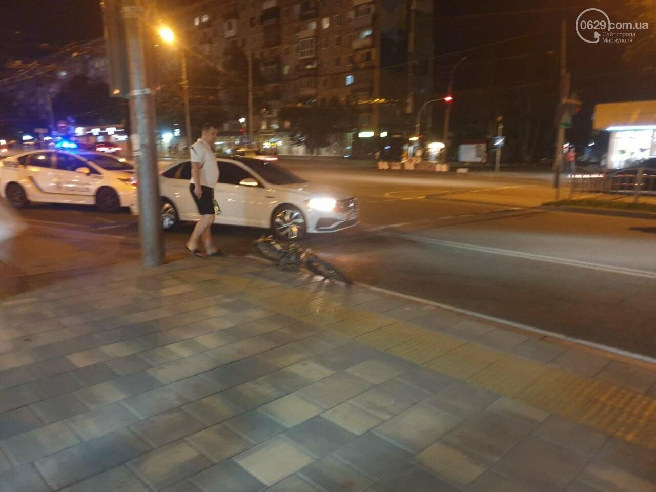 Кто виноват? В Мариуполе автомобиль на пешеходном переходе столкнулся с велосипедистом, - ФОТО, фото-2