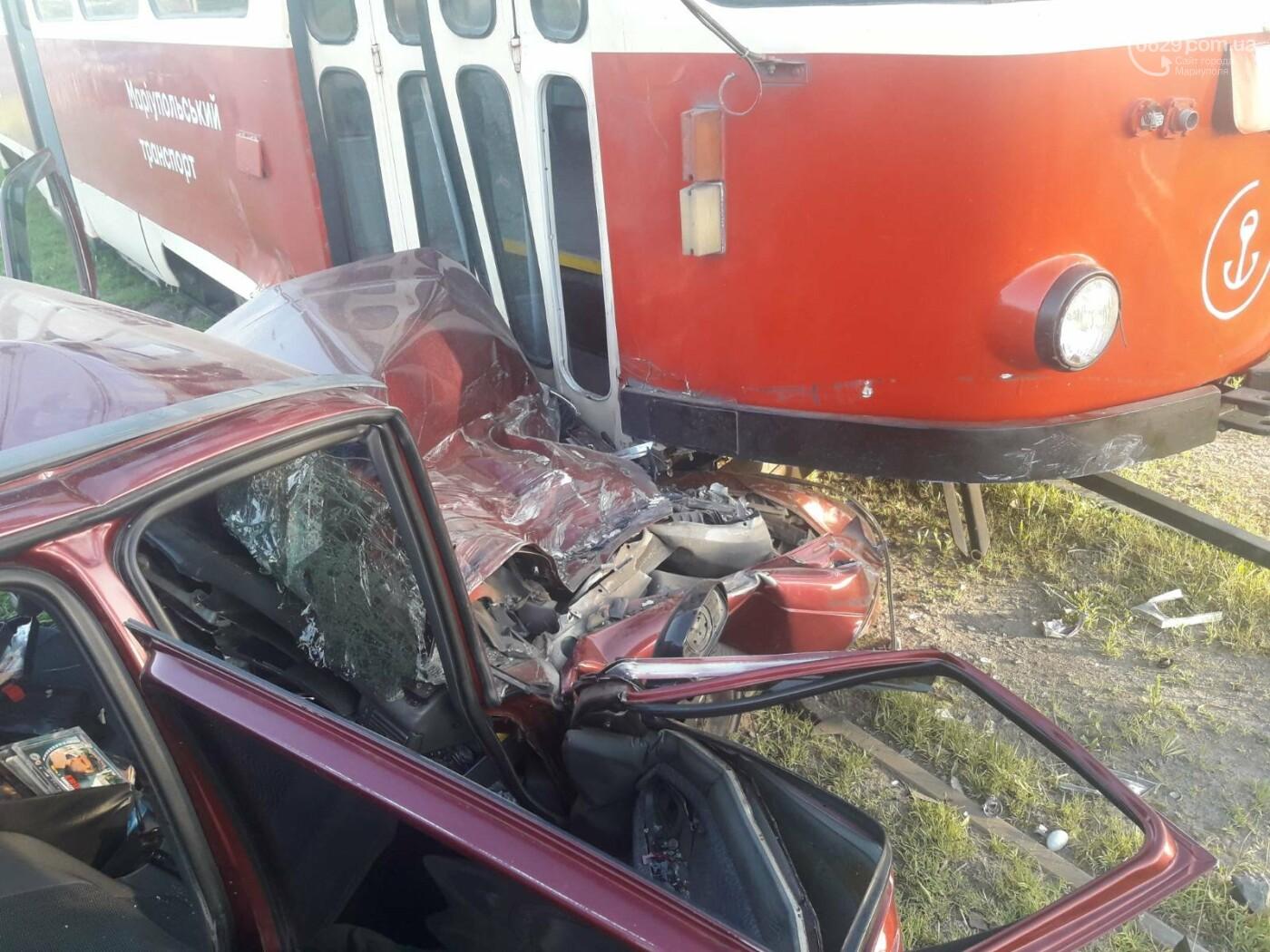 В Мариуполе Daewoo влетел в трамвай. Водитель легковушки серьезно пострадал, - ФОТО, фото-2