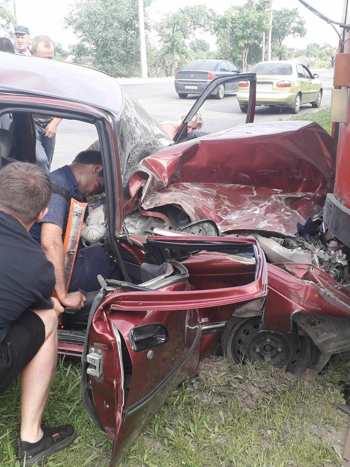 В Мариуполе Daewoo влетел в трамвай. Водитель легковушки серьезно пострадал, - ФОТО, фото-10