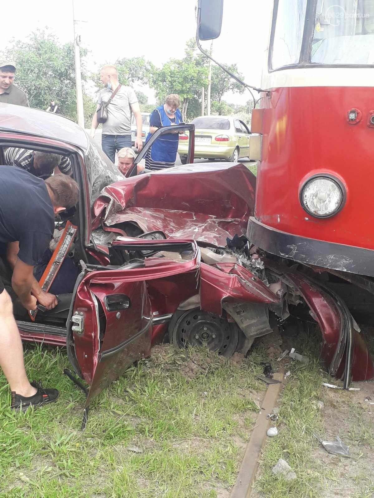 В Мариуполе Daewoo влетел в трамвай. Водитель легковушки серьезно пострадал, - ФОТО, фото-12