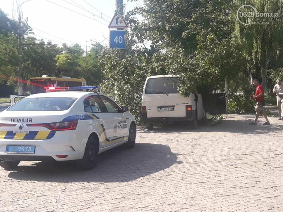 В Мариуполе водитель микроавтобуса влетел в дерево. Пострадал пассажир, - ФОТО, фото-3