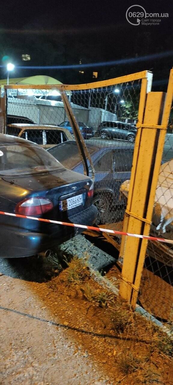 В Мариуполе пьяный водитель врезался в трансформаторную будку, забор автостоянки и столб. Двое пострадавших, - ФОТО , фото-7