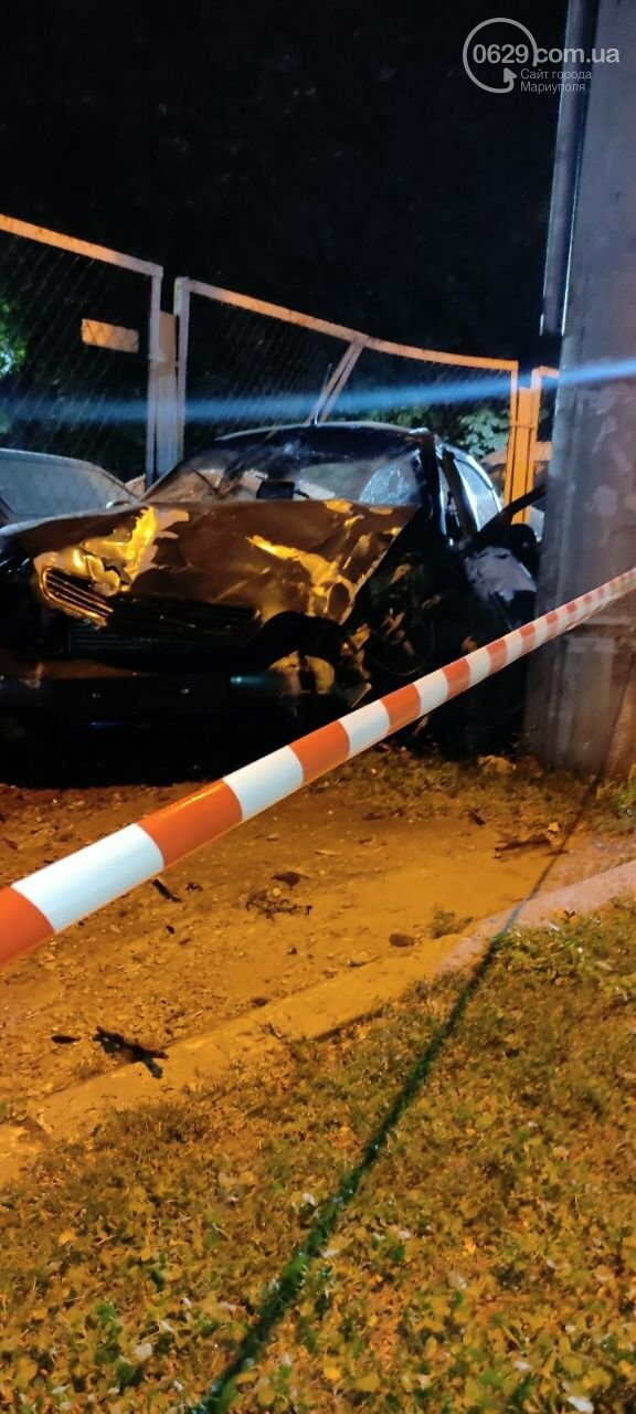 В Мариуполе пьяный водитель врезался в трансформаторную будку, забор автостоянки и столб. Двое пострадавших, - ФОТО , фото-2