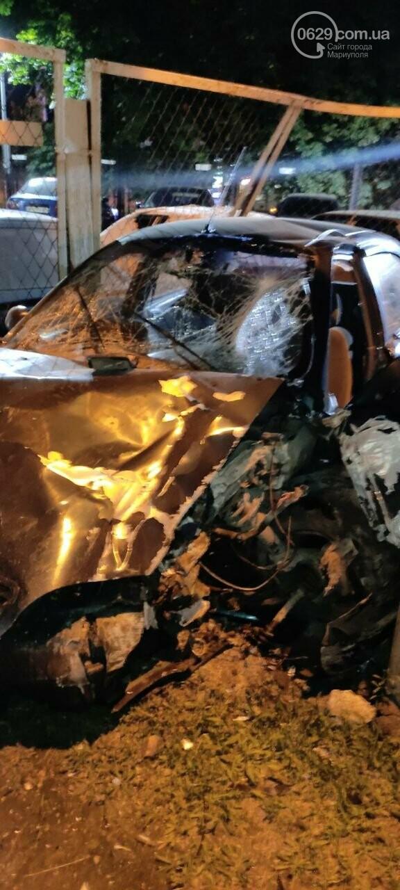 В Мариуполе пьяный водитель врезался в трансформаторную будку, забор автостоянки и столб. Двое пострадавших, - ФОТО , фото-1