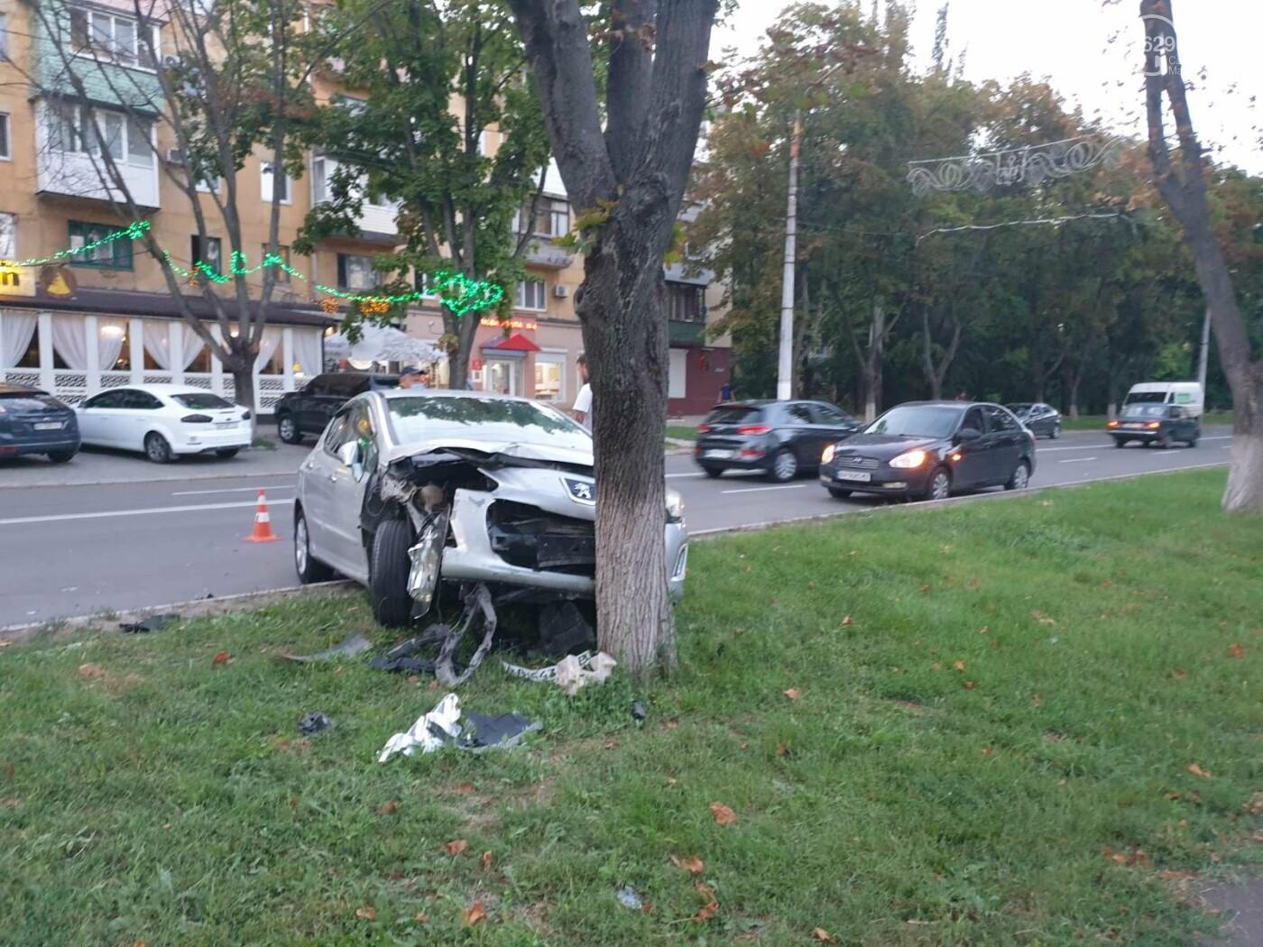 """В Мариуполе автомобиль """"Пежо"""" врезался в дерево, - ФОТО, фото-5"""