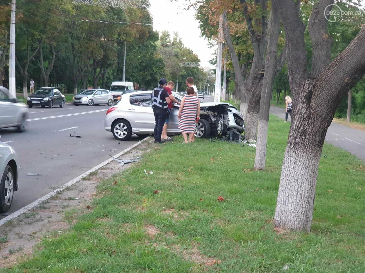 """В Мариуполе автомобиль """"Пежо"""" врезался в дерево, - ФОТО, фото-2"""