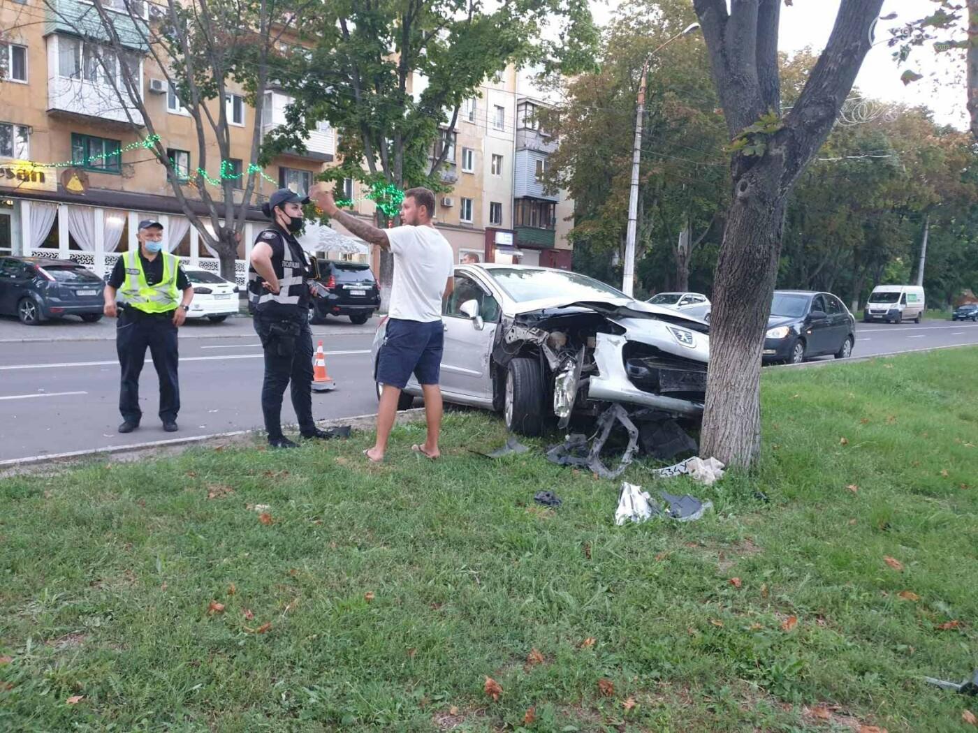 """В Мариуполе автомобиль """"Пежо"""" врезался в дерево, - ФОТО, фото-1"""