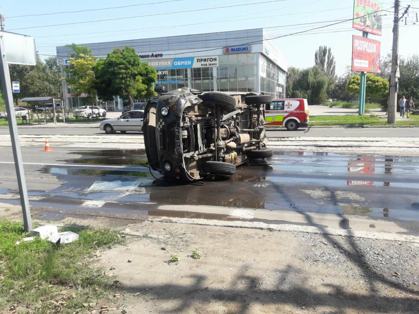 В Мариуполе на перекрестке перевернулся автомобиль военных медиков, - ФОТО, фото-1