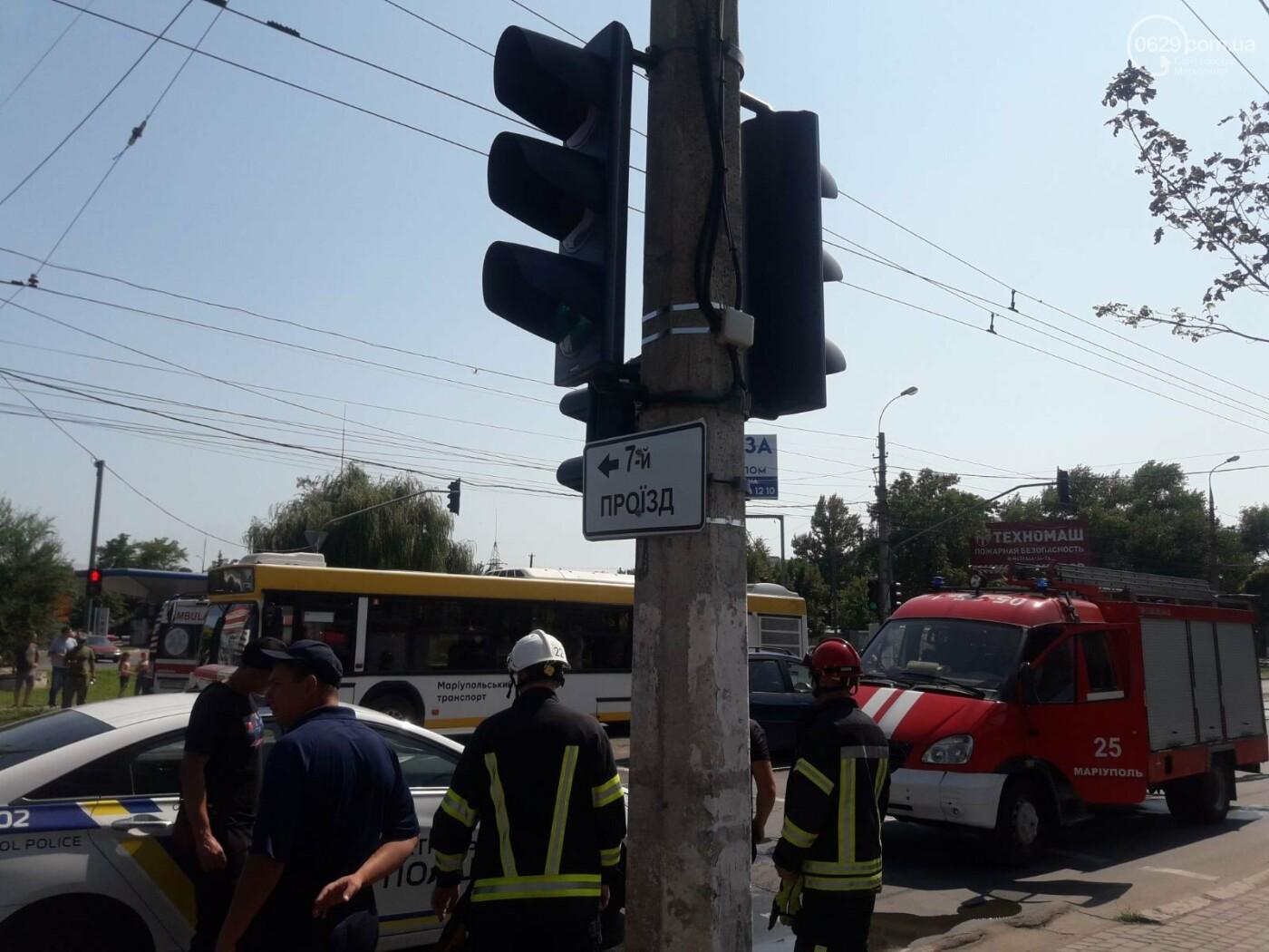 В Мариуполе на перекрестке перевернулся автомобиль военных медиков, - ФОТО, фото-2