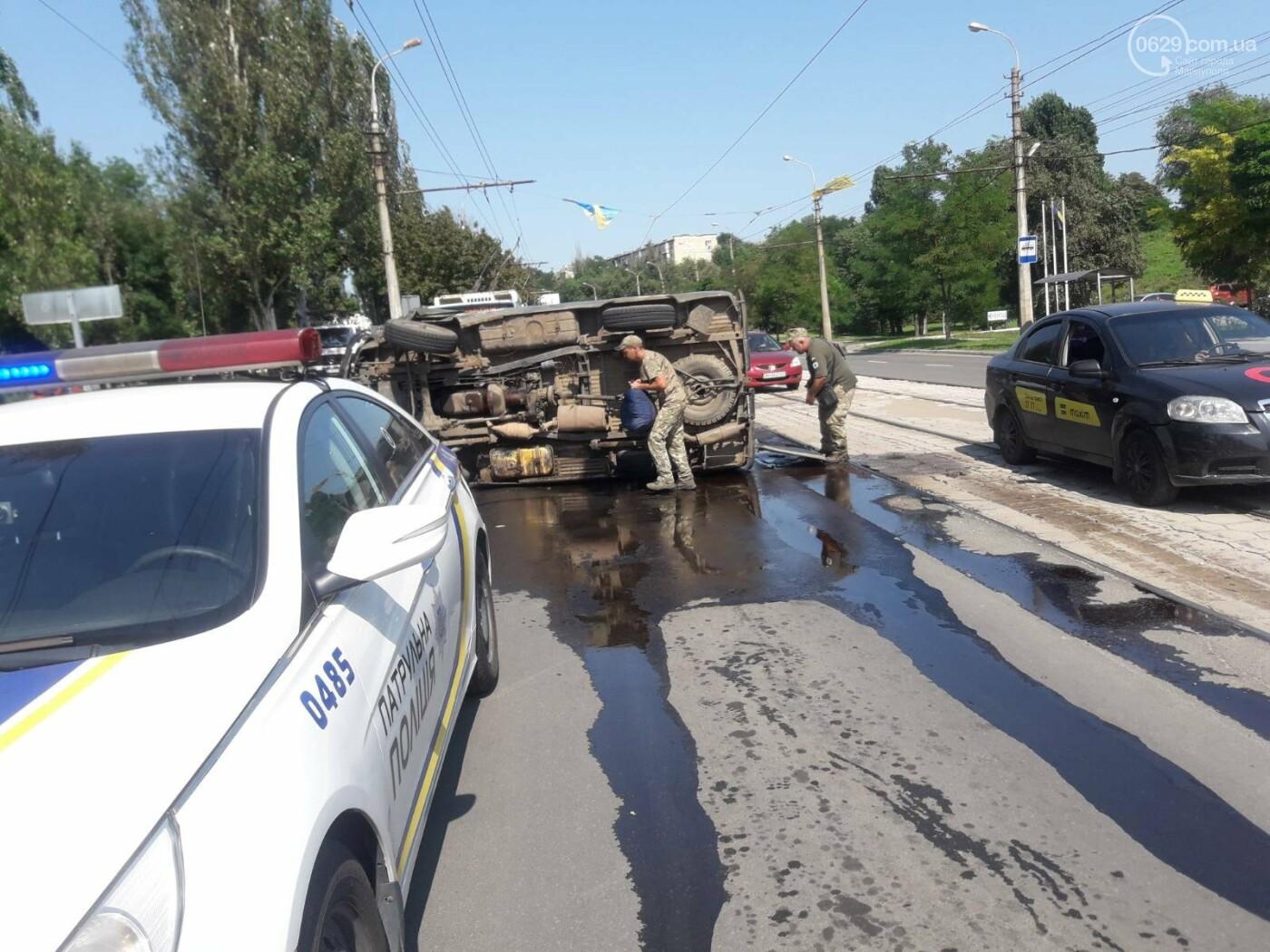 В Мариуполе на перекрестке перевернулся автомобиль военных медиков, - ФОТО, фото-3