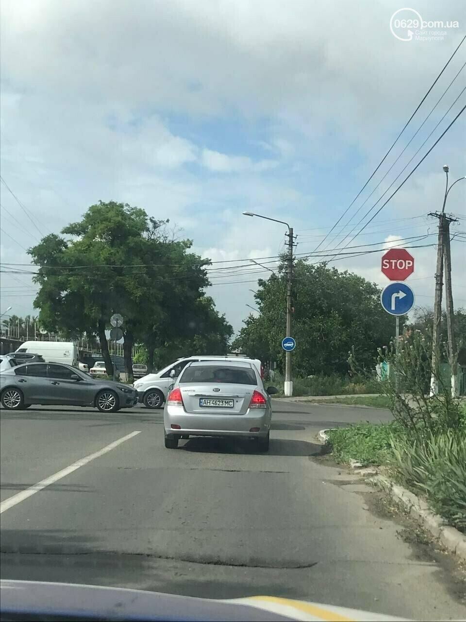 На самом аварийном перекрестке Мариуполя пропал дорожный знак. Кто это сделал и зачем, фото-1