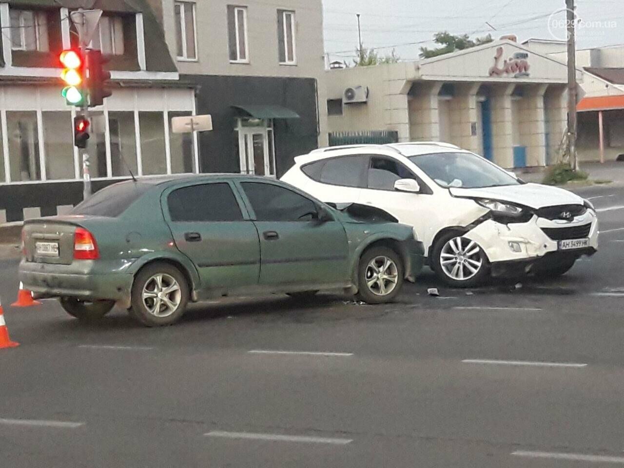 """В Мариуполе столкнулись """"Хюндай"""" и """"Опель"""". Пострадала пассажирка, фото-1"""