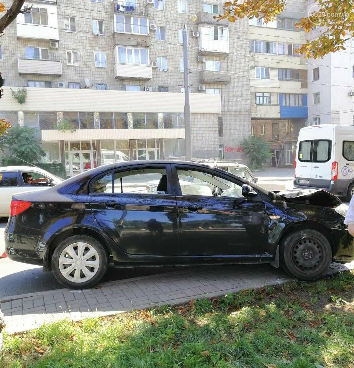 В центре Мариуполя столкнулись два автомобиля. Есть пострадавшие, - ФОТО, ВИДЕО, фото-4
