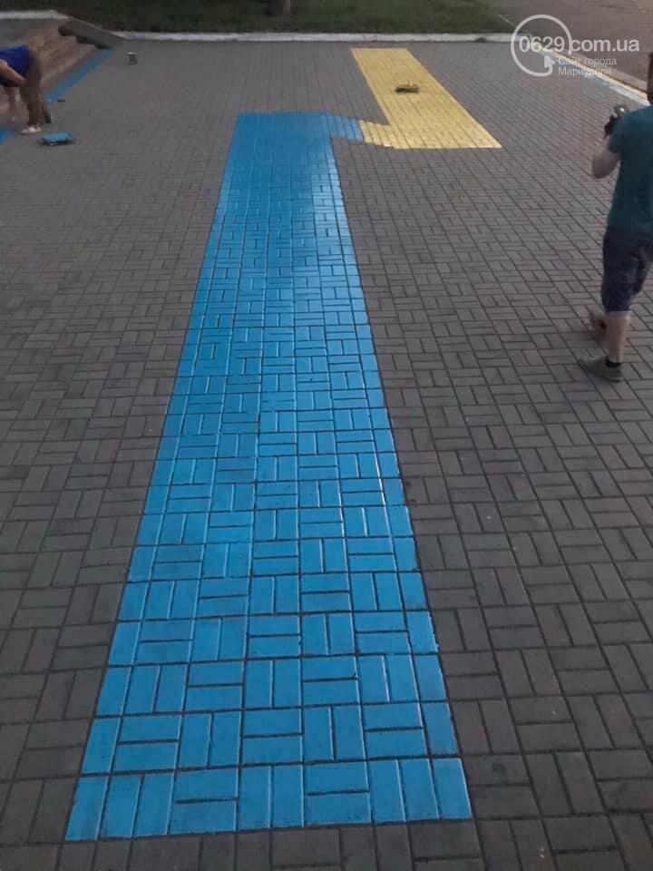 У Маріуполі на площі Воїнів-визволителів перефарбували георгіївську стрічку у національні кольори, - ФОТОФАКТ, фото-1