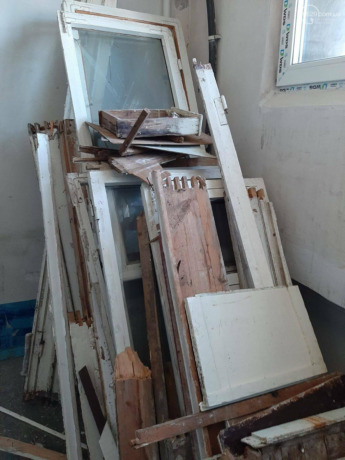 В многоэтажке на Левобережье таинственные жильцы устроили свалку на лестничной площадке, - ФОТОФАКТ, фото-1
