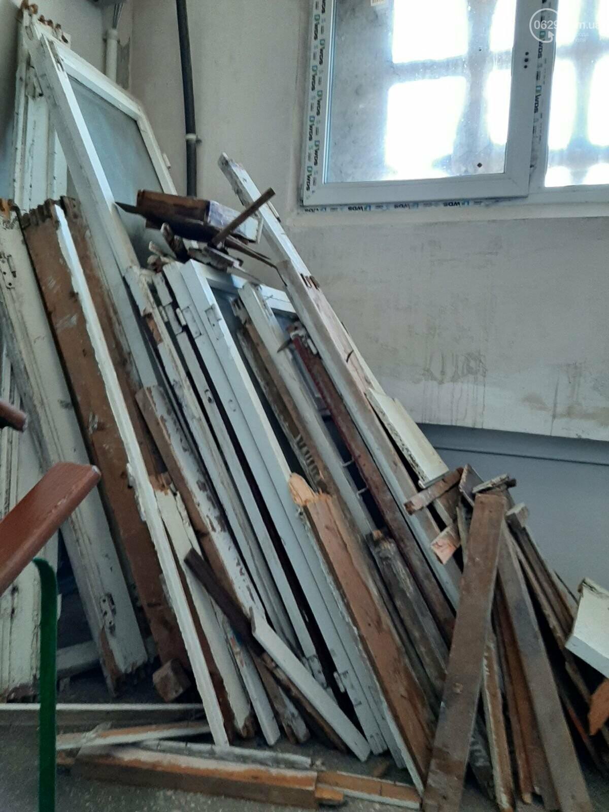 В многоэтажке на Левобережье таинственные жильцы устроили свалку на лестничной площадке, - ФОТОФАКТ, фото-2