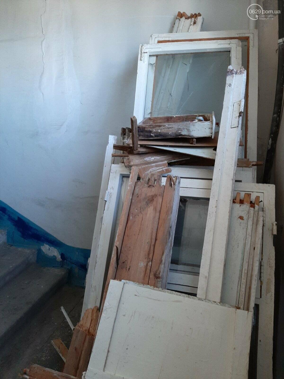 В многоэтажке на Левобережье таинственные жильцы устроили свалку на лестничной площадке, - ФОТОФАКТ, фото-3