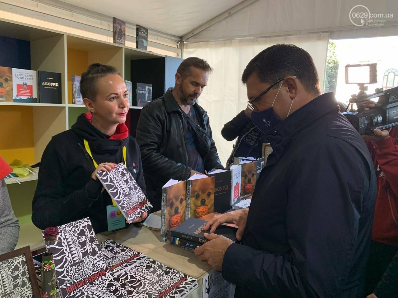Книжковий бум у Маріуполі! Що на ярмарку купив мер, - ФОТОРЕПОРТАЖ, фото-2