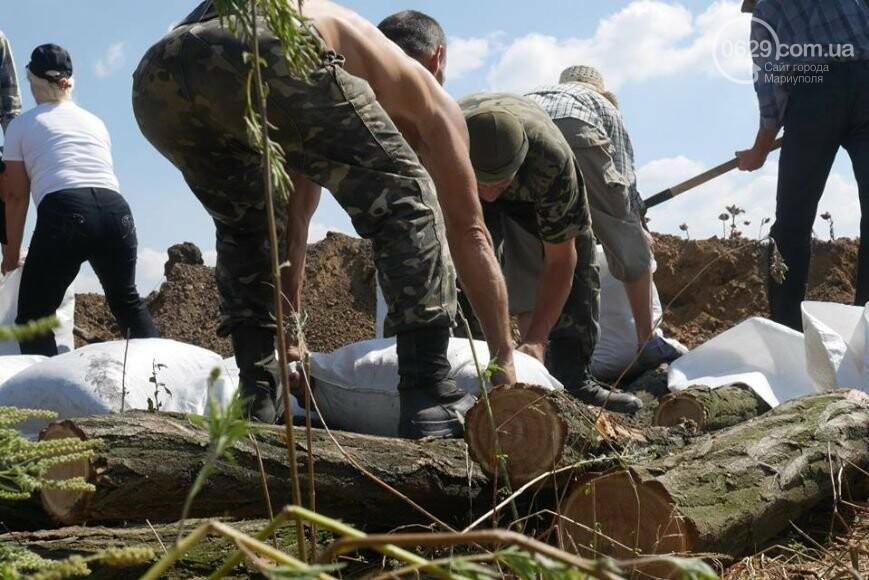 Мариупольцы роют окопы, чтобы в город не вошли российские войска