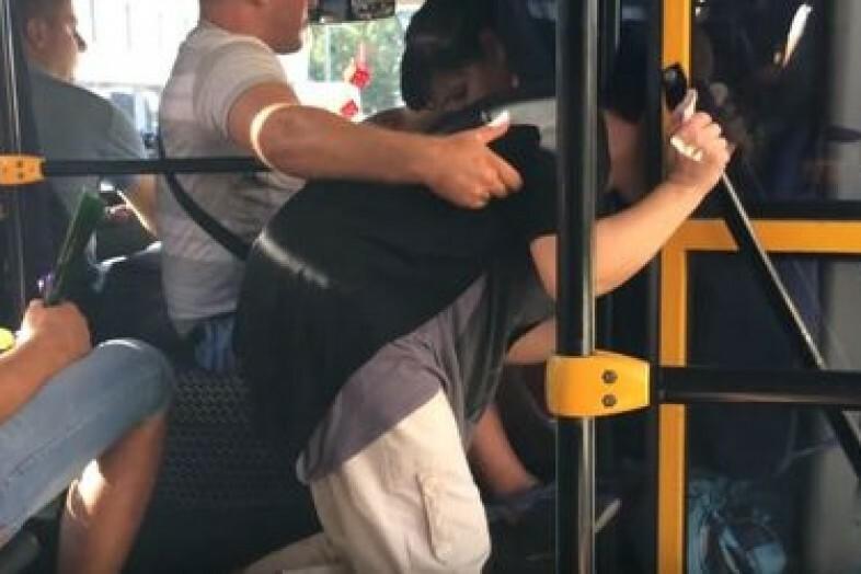 Мужики прижимаются к женщинам в автобусе видео — photo 11