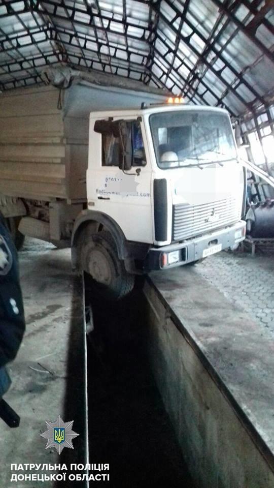 В Мариуполе пьяный водитель фуры влетел в смотровую яму (ФОТО), фото-2