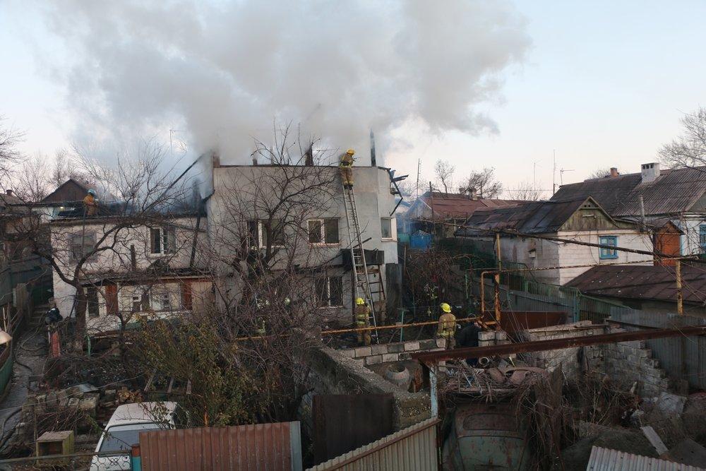 В Мариуполе 29 пожарных боролись с огнем в частном трехэтажном доме (ФОТО), фото-2