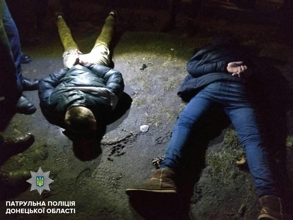 В центре Мариуполя трое разбойников с ножом ограбили женщину (ФОТО), фото-2