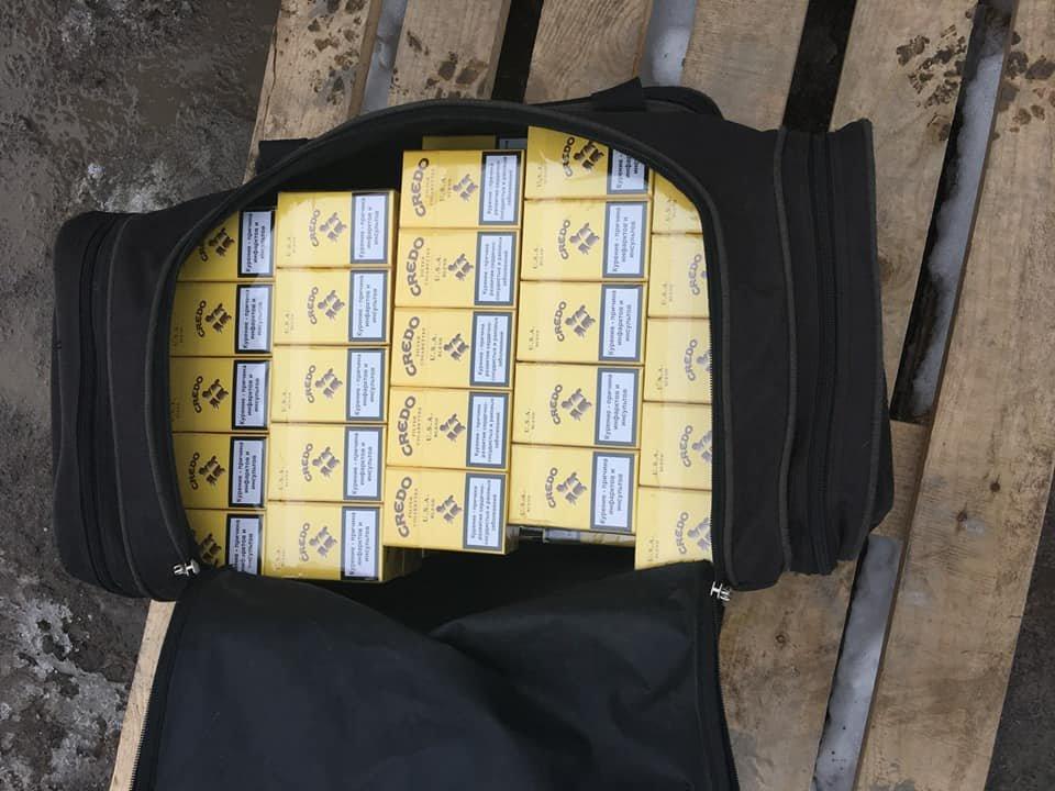"На КПВВ ""Новотроицкое"" пограничники изъяли две сумки безакцизных сигарет (ФОТО), фото-4"