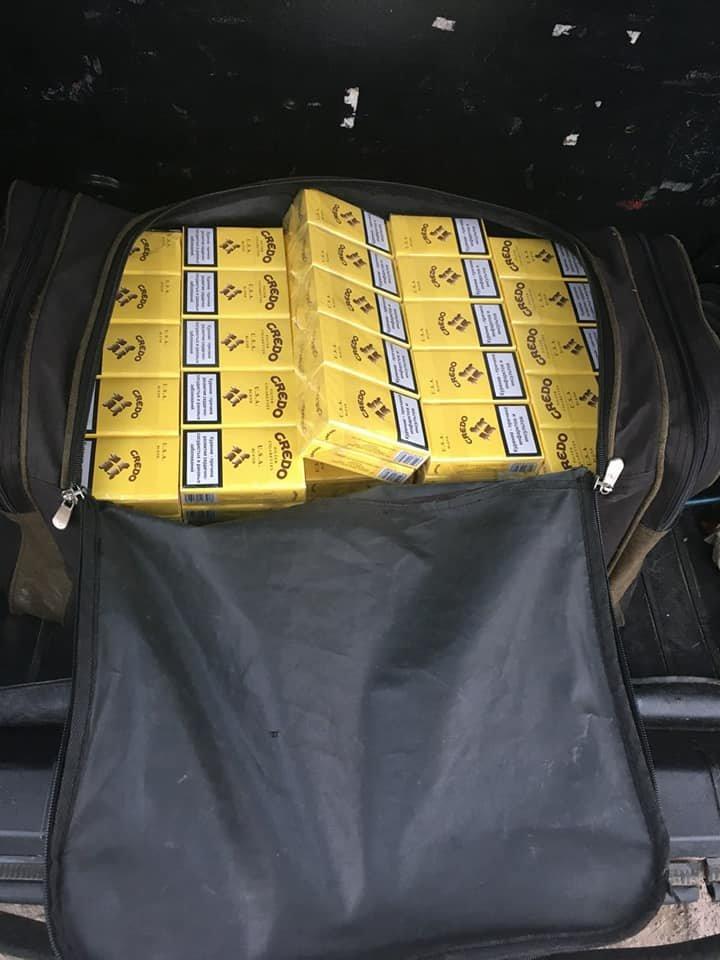 "На КПВВ ""Новотроицкое"" пограничники изъяли две сумки безакцизных сигарет (ФОТО), фото-1"