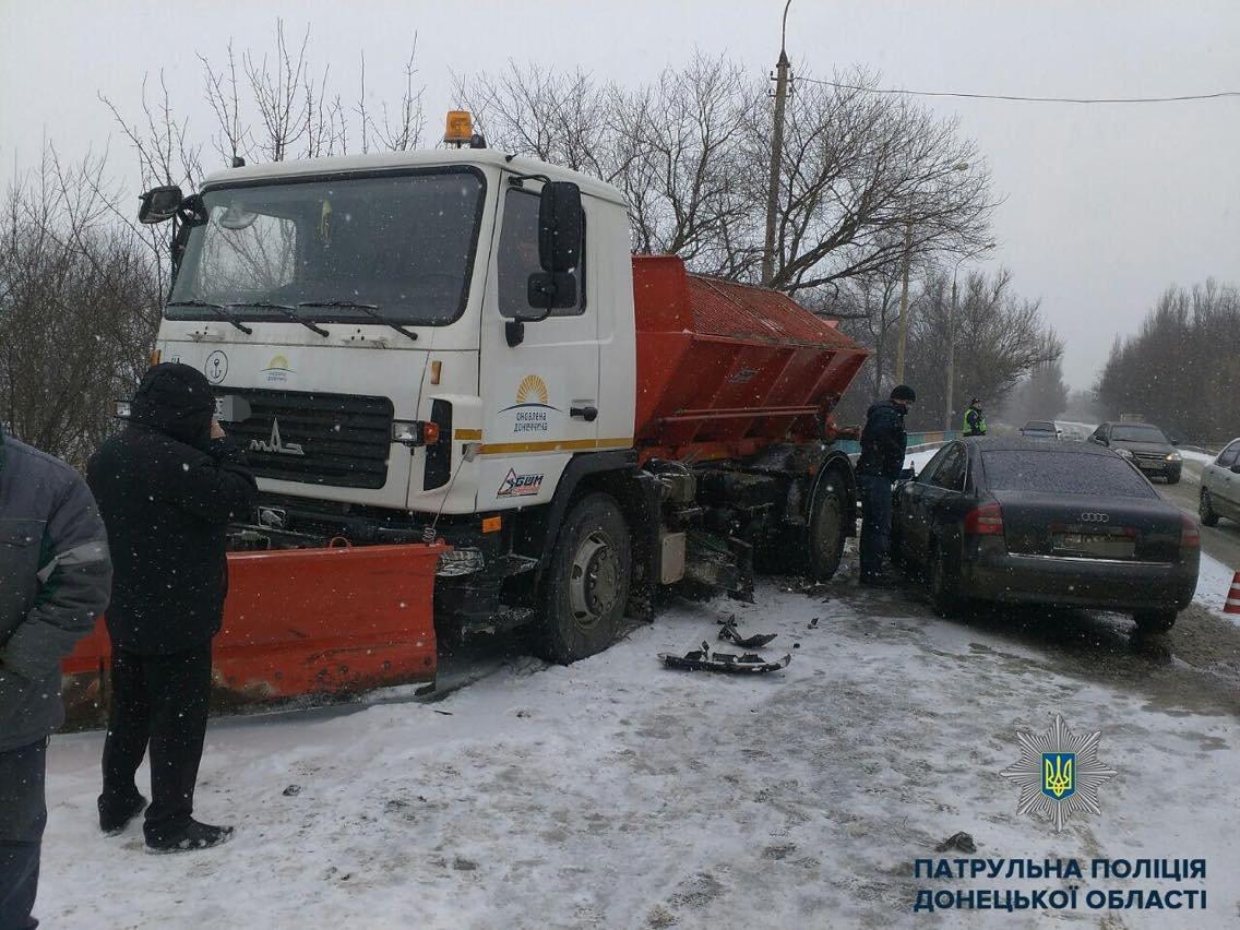 Снегоуборочная техника в Мариуполе попала в аварию (ФОТОФАКТ), фото-1