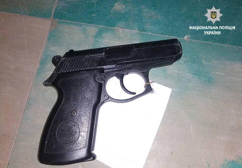 Мариупольский охотник добровольно сдал в полицию 2 ружья и пистолет (ФОТО), фото-1