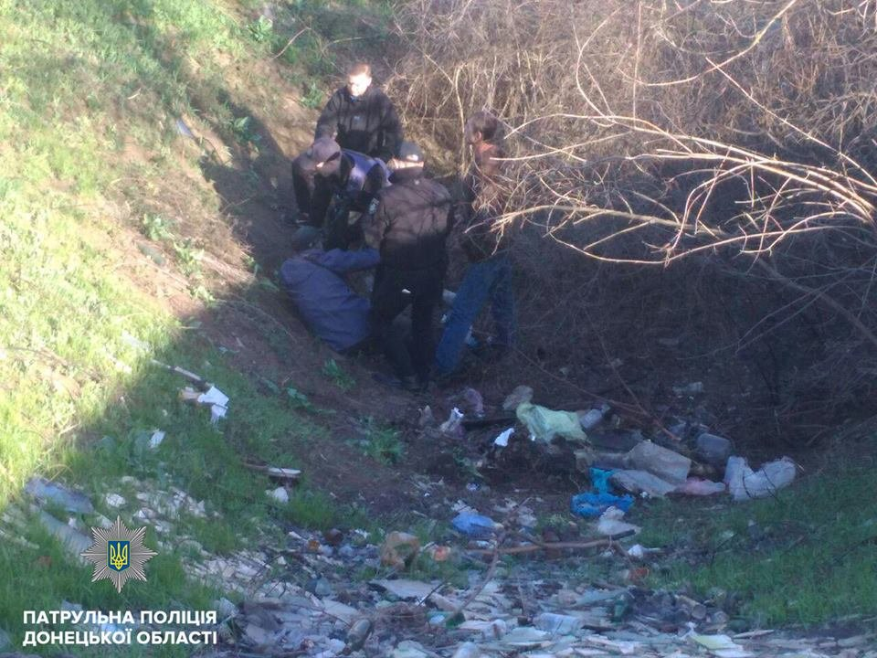 В Мариуполе 80-летний дедушка семь часов просидел в овраге, пока его не спасли патрульные (ФОТО), фото-2
