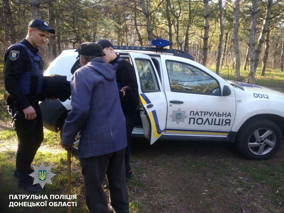 В Мариуполе 80-летний дедушка семь часов просидел в овраге, пока его не спасли патрульные (ФОТО), фото-3