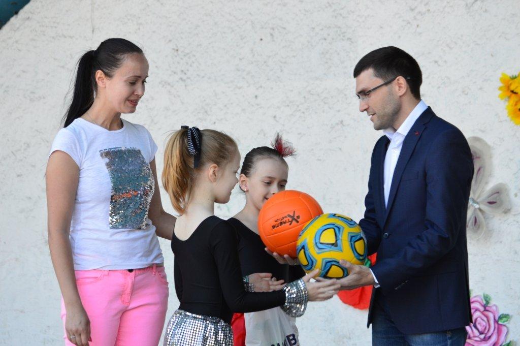 1 июня в Приморском парке Мариупольская городская организация политической партии «ОСНОВА» поздравила детей Приморского района с празднико..., фото-1