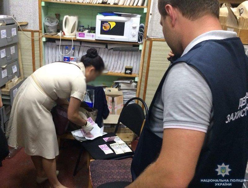В Мариуполе инспектор миграционной службы вымогала взятку за биометрический паспорт, - ФОТО, фото-1