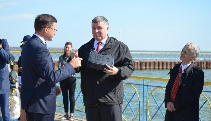 Аваков вручил наградное оружие мэру Мариуполя Бойченко, - ФОТО, фото-1
