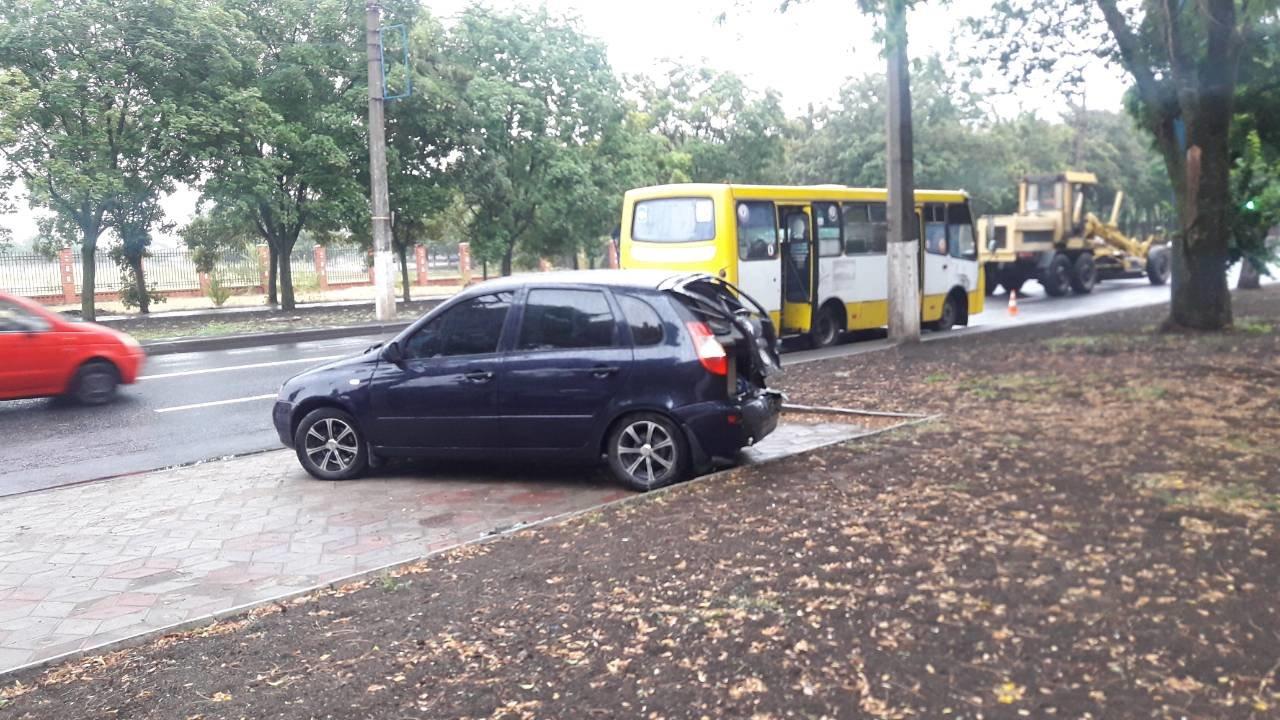 В Мариуполе автобус с пассажирами догнал легковушку, - ФОТО